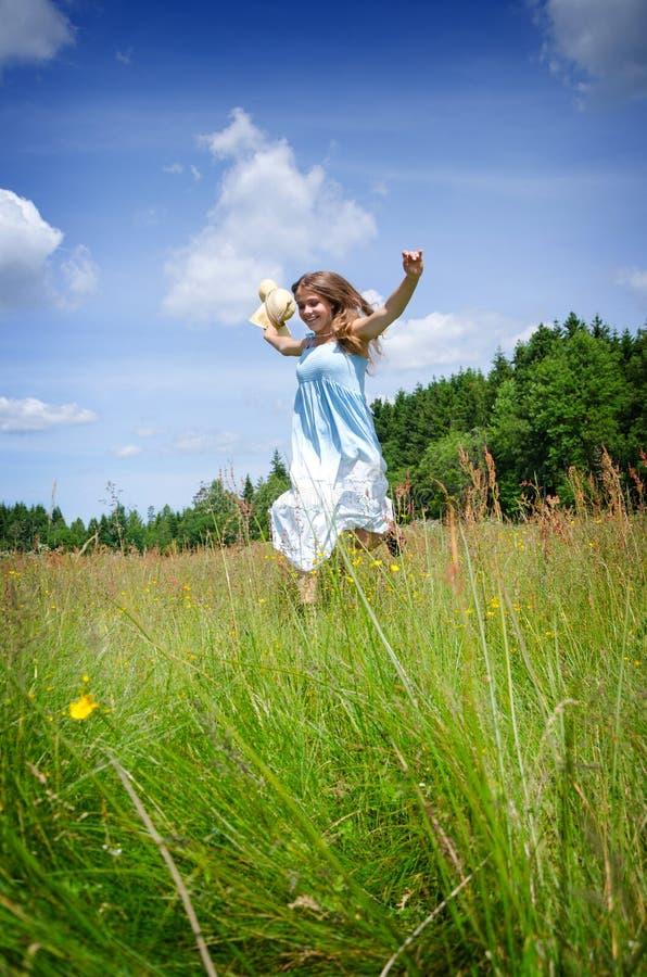 Lycklig tonåring i sommarfält royaltyfri foto