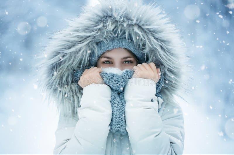 Lycklig tonårs- flicka i snön fotografering för bildbyråer
