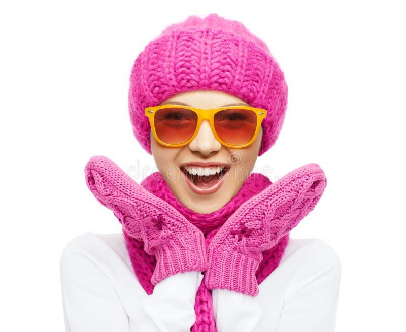 Lycklig tonårs- flicka i vinterhatt och solglasögon arkivfoto