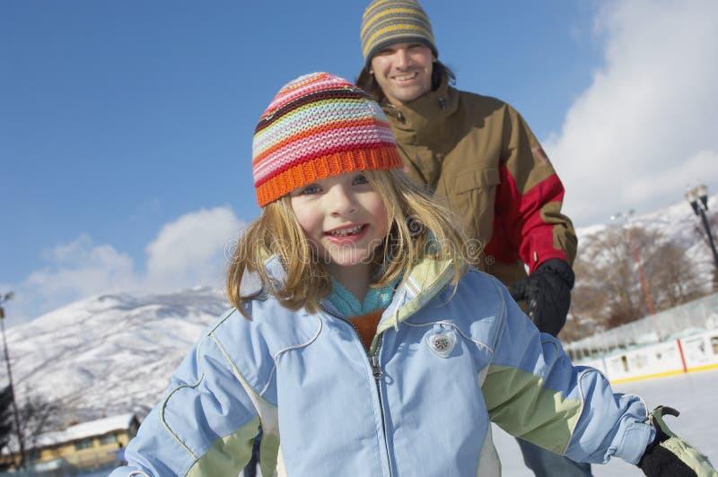 Lycklig tonårs- flicka med fadern royaltyfri fotografi