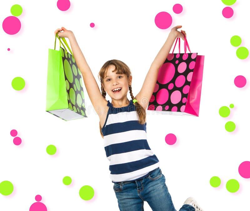 Lycklig tonårs- flicka med shoppingpåsar arkivfoton