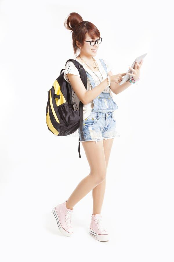 Lycklig tonårs- flicka med tabletPCdatoren royaltyfri bild