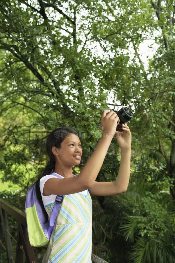 Lycklig tonårs- flicka som fotograferar naturen fotografering för bildbyråer