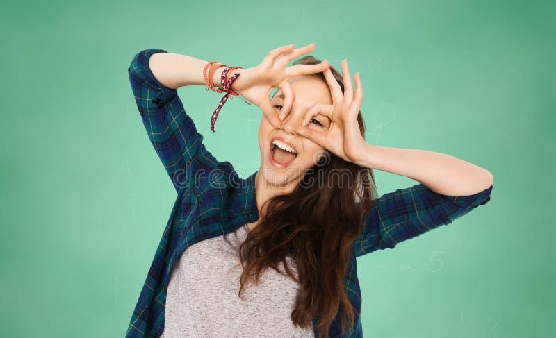 Lycklig tonårs- studentflicka som har gyckel över gräsplan arkivbilder