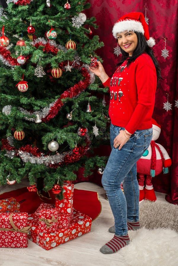 lycklig treekvinna för jul arkivfoto