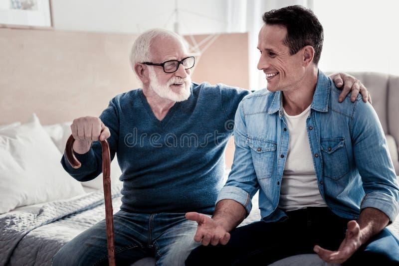 Lycklig trevlig man som spenderar tid med hans fader royaltyfria foton