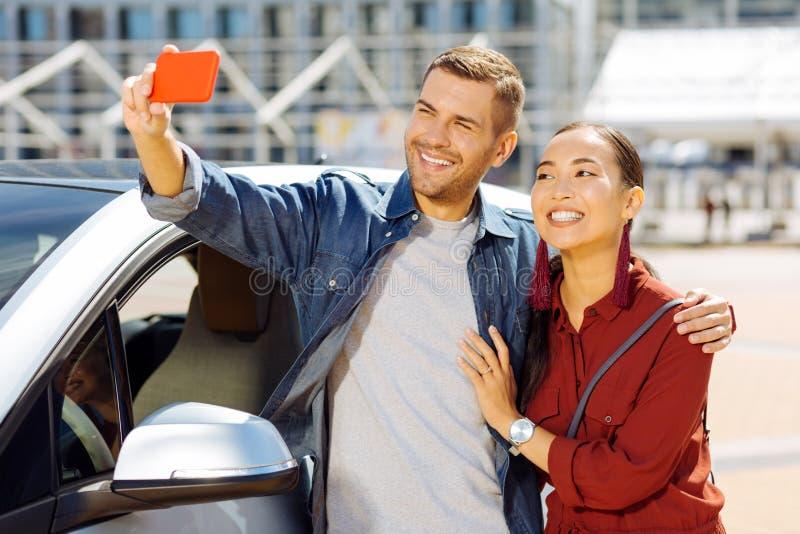 Lycklig trevlig man som tar en selfie arkivfoto