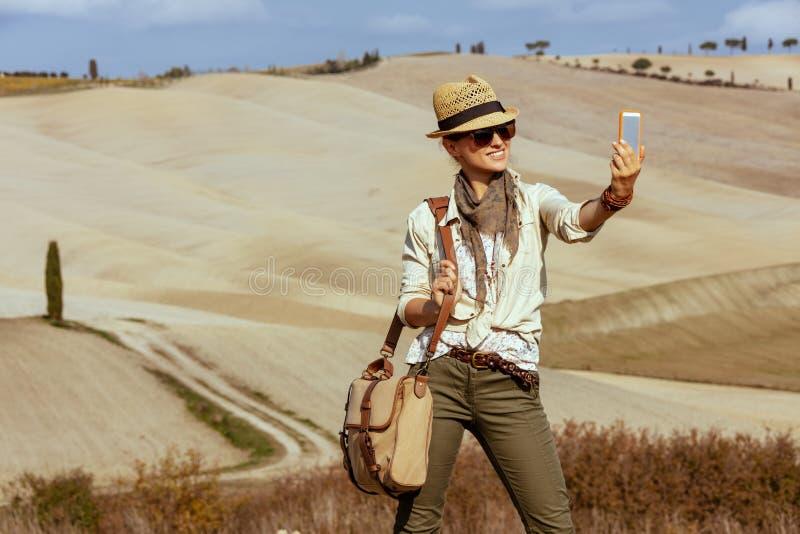 Lycklig turist- kvinna för passform som solo tar selfie med mobiltelefonen arkivfoton