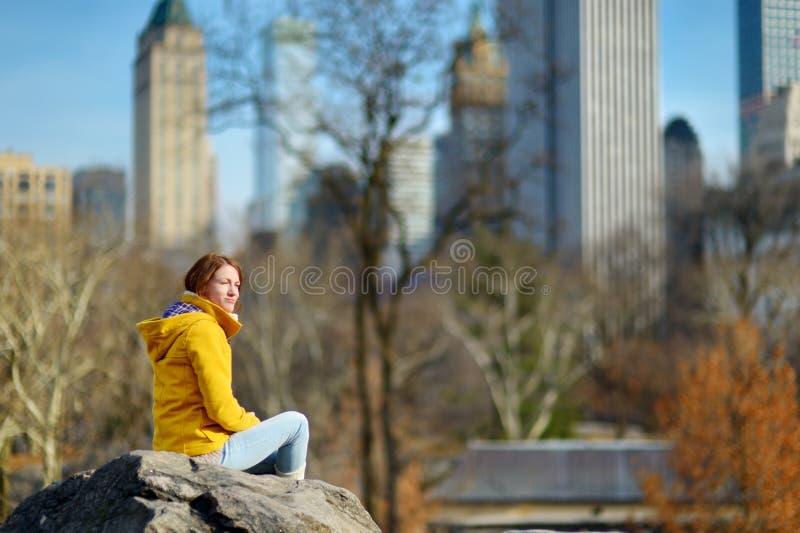 Lycklig turist- sight för ung kvinna på Central Park i New York City Kvinnlig handelsresande som tycker om sikter av i stadens ce royaltyfria bilder
