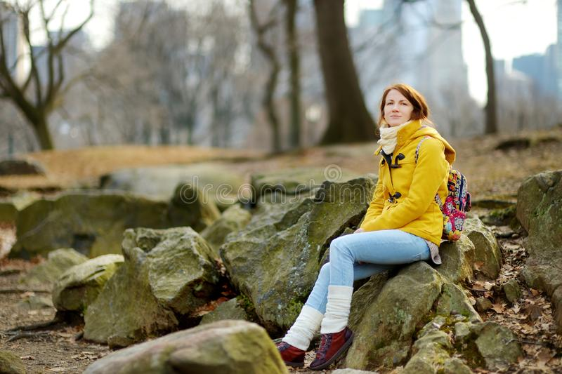 Lycklig turist- sight för ung kvinna på Central Park i New York City Kvinnlig handelsresande som tycker om sikter av i stadens ce arkivfoto