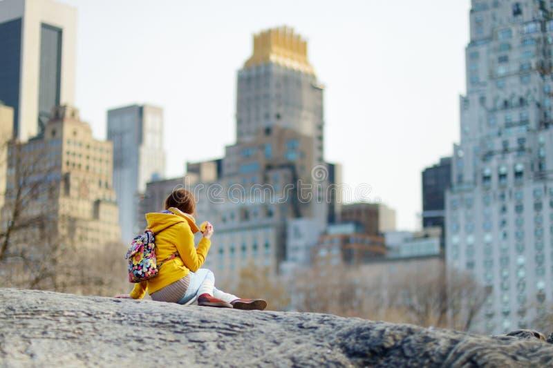 Lycklig turist- sight för ung kvinna på Central Park i New York City Kvinnlig handelsresande som tycker om sikter av i stadens ce arkivfoton