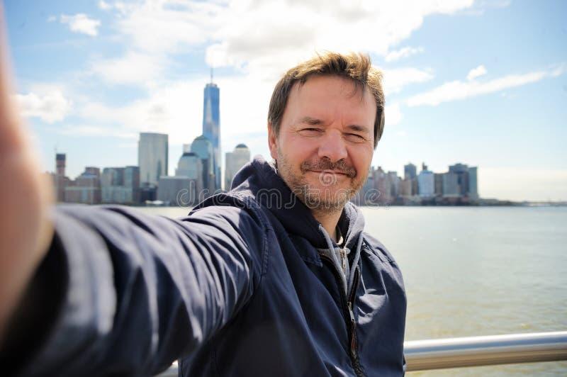 Lycklig turist som tar en självstående i New York City arkivbilder