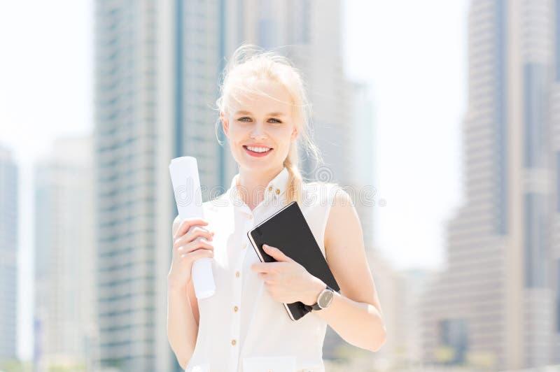 Lycklig ung affärskvinna i staden royaltyfri fotografi
