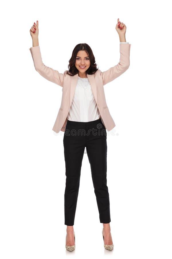 Lycklig ung affärskvinna som pekar upp fingrar arkivfoton