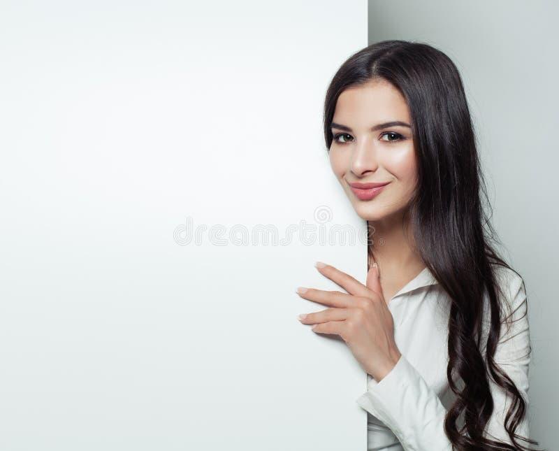 Lycklig ung affärskvinna som visar den tomma skylten royaltyfri fotografi