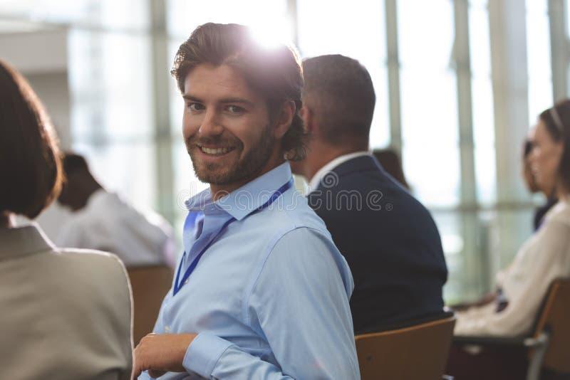 Lycklig ung affärsman som ser kameran arkivbilder