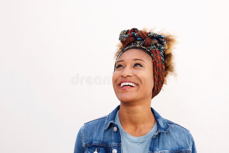 Lycklig ung afrikansk kvinna för Closeup som ser bort mot vit bakgrund royaltyfri bild