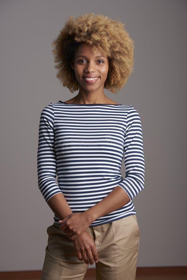 Lycklig ung afro--amerikan kvinnastående arkivbilder
