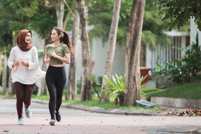 Lycklig ung asiatisk kvinnaövning och uppvärmning arkivbild