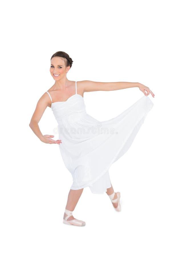 Lycklig ung balettdansör som poserar med benet tillbaka arkivbilder