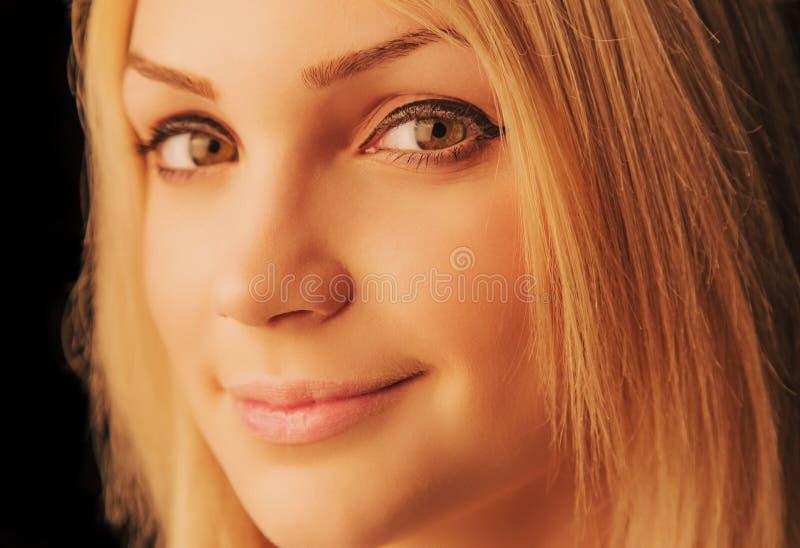 Lycklig ung blond kvinna arkivbild