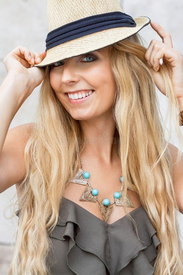 Lycklig ung blond kvinna med utomhus- sommartid för hatt arkivbilder