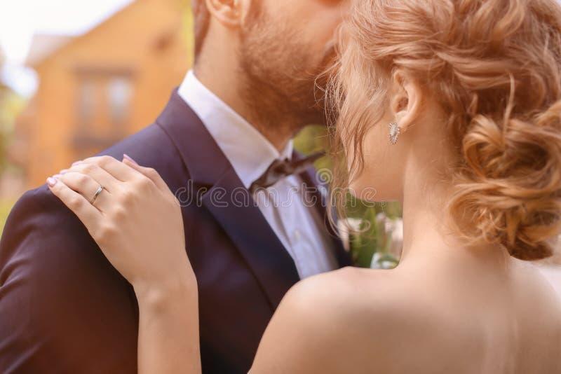 Lycklig ung brud med hennes brudgum utomhus royaltyfri foto
