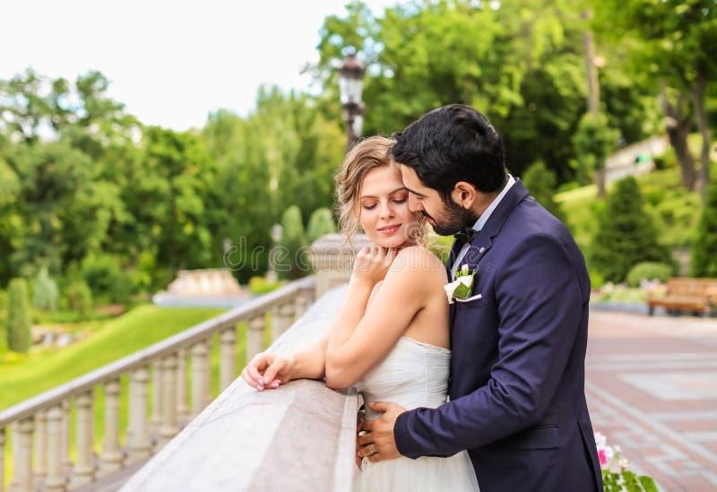 Lycklig ung brud med hennes brudgum utomhus royaltyfria bilder