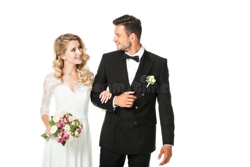 lycklig ung brud och brudgum som tillsammans går och ser de royaltyfria bilder