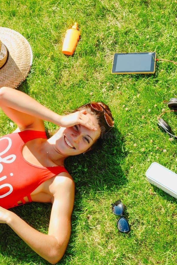 lycklig ung brunettkvinna som lyssnar till musiken som är utomhus- på en sommardag fotografering för bildbyråer