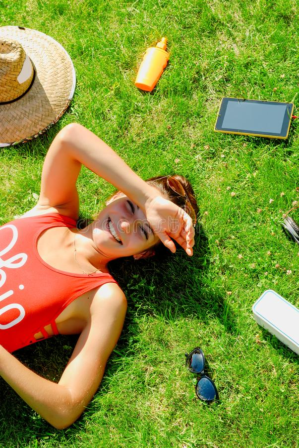 lycklig ung brunettkvinna som lyssnar till musiken som är utomhus- på en sommardag arkivfoto