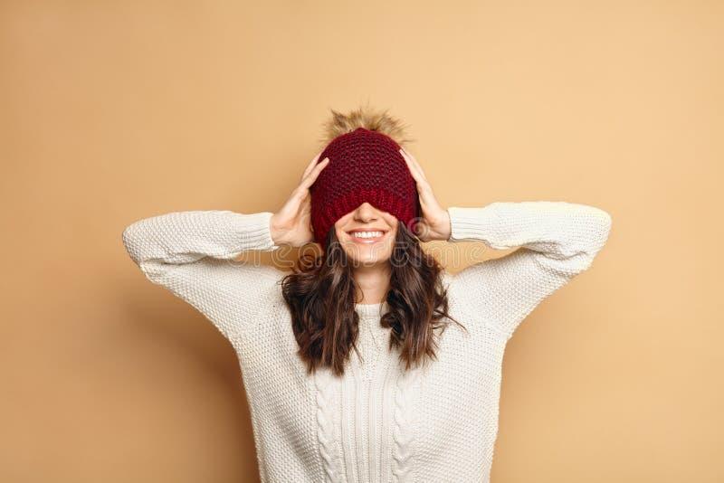 Lycklig ung Caucasian brunettkvinna i vinterdräkt royaltyfri bild