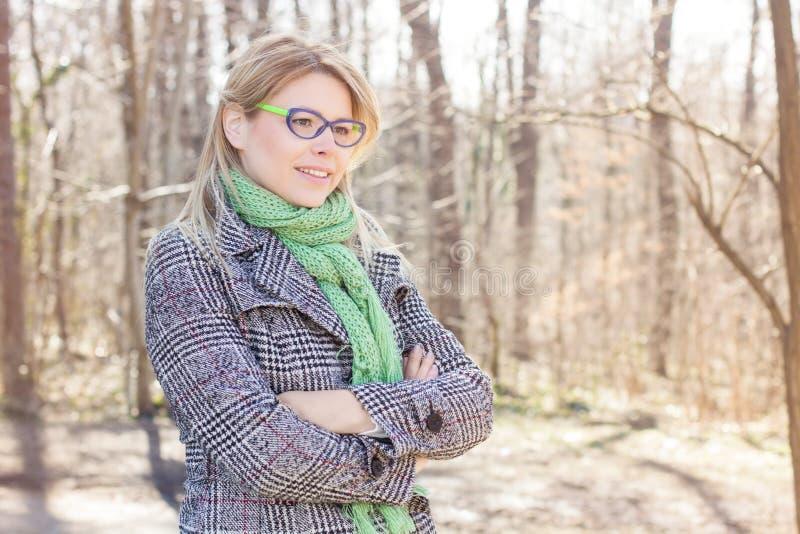 Lycklig ung Caucasian utomhus- kvinnastående royaltyfri foto