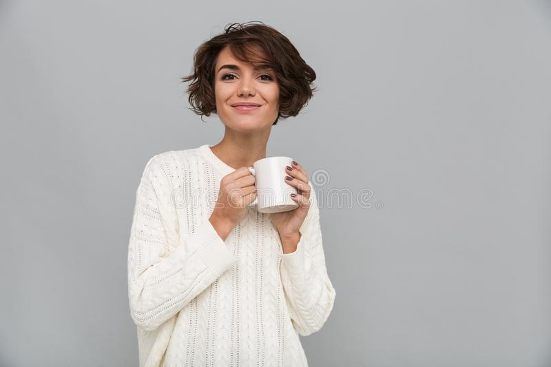 Lycklig ung dam som dricker te arkivbilder