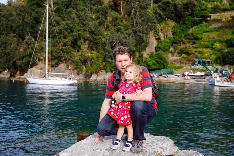 Lycklig ung fader som har den roliga gulliga litet barndottern, familjst?ende tillsammans mannen med h?rligt behandla som ett bar royaltyfri fotografi