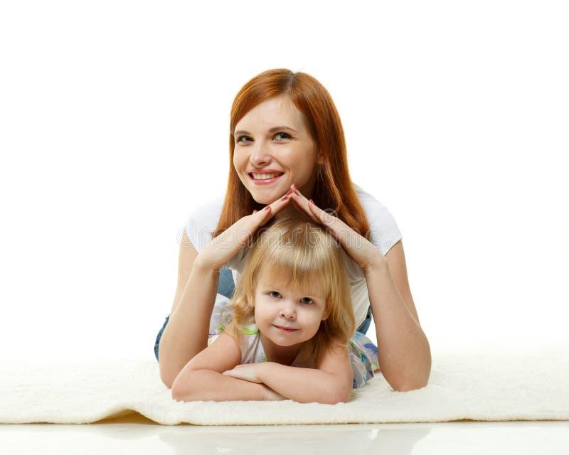 Lycklig ung familj. fotografering för bildbyråer