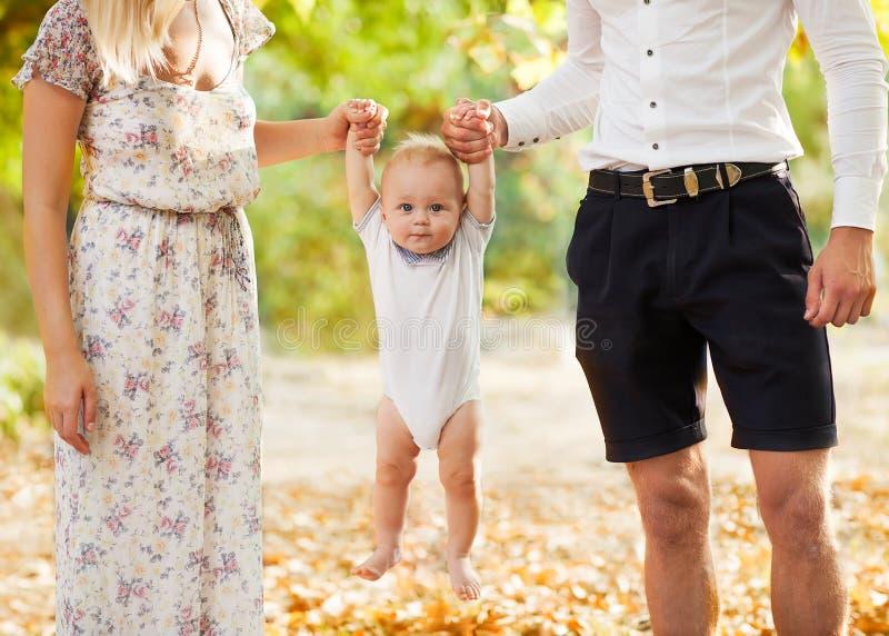 Lycklig ung familj royaltyfri fotografi