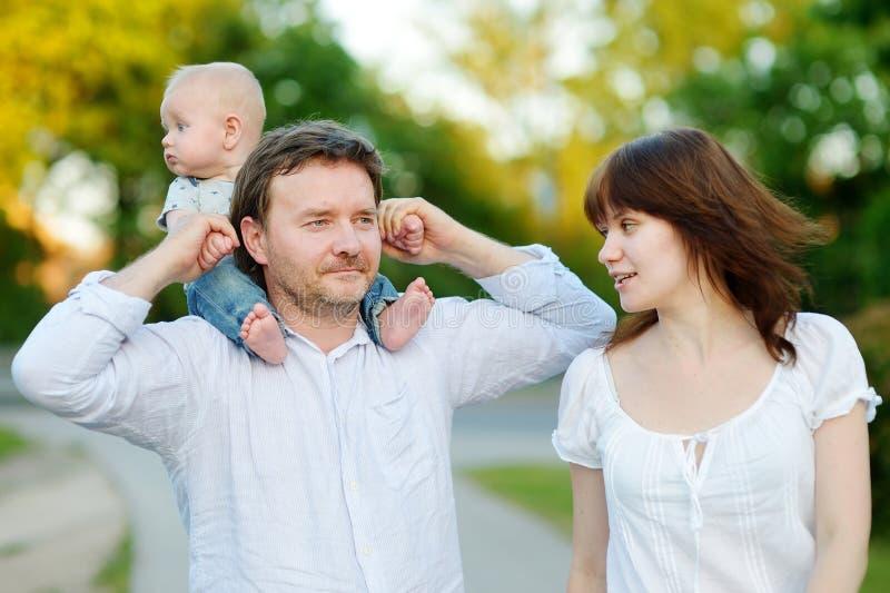 Lycklig ung familj av tre royaltyfria foton