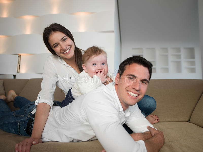 Lycklig ung familj hemma royaltyfri fotografi