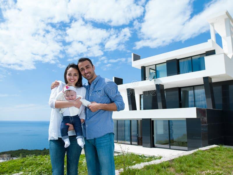 Lycklig ung familj hemma arkivfoton