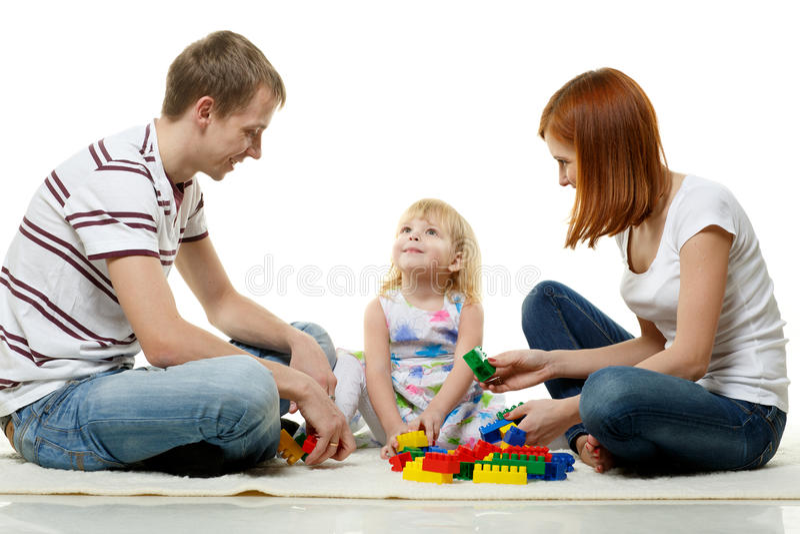 Lycklig ung familj med barnet. arkivfoto