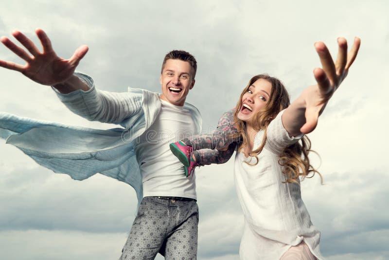 Lycklig ung familj på himmelbakgrunden arkivfoto