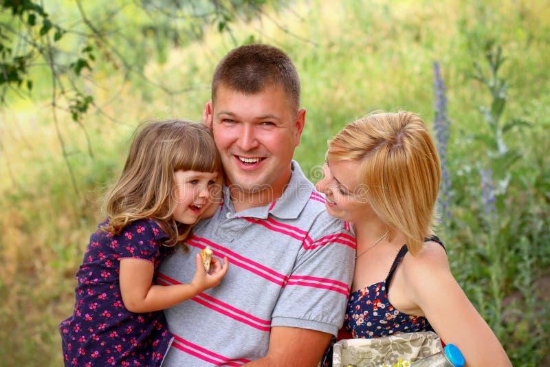 Lycklig ung familj på picknicken arkivfoto