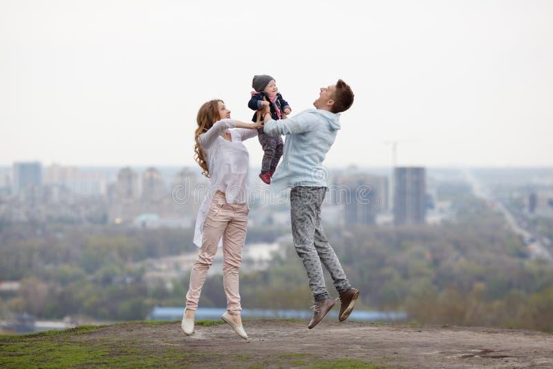 Lycklig ung familj på stadsbakgrunden royaltyfria bilder