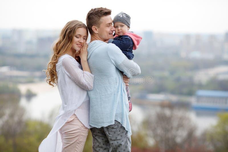 Lycklig ung familj på stadsbakgrunden royaltyfria foton
