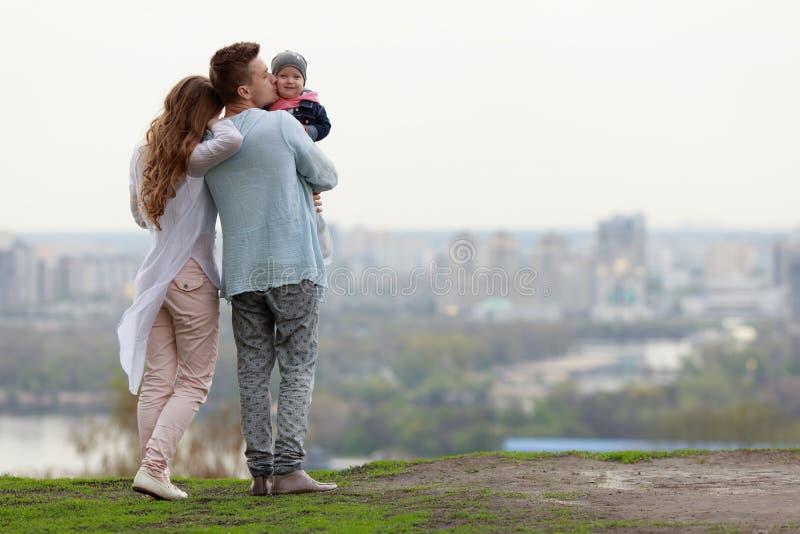 Lycklig ung familj på stadsbakgrunden arkivbilder