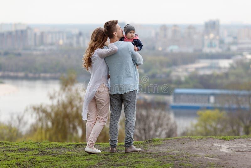 Lycklig ung familj på stadsbakgrunden royaltyfri fotografi