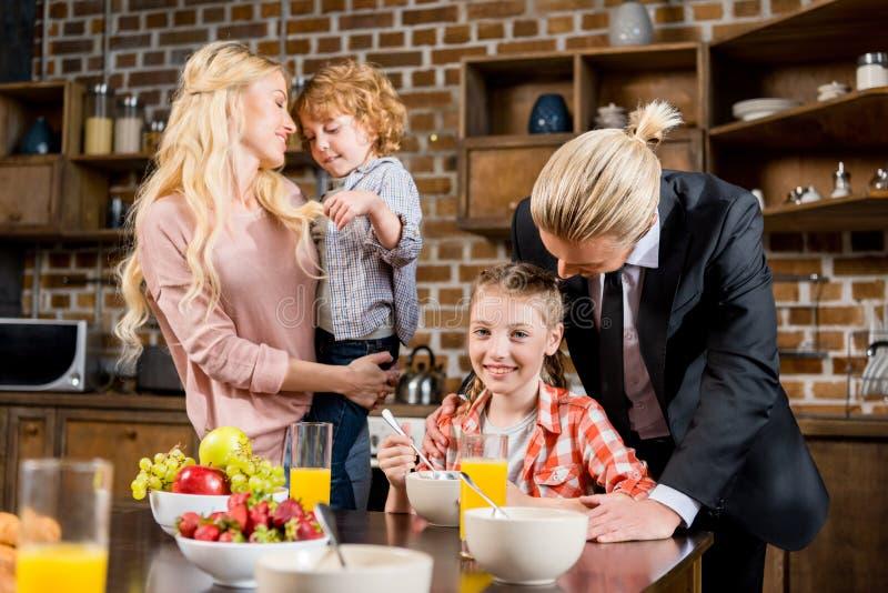 Lycklig ung familj som har frukosten tillsammans royaltyfri foto