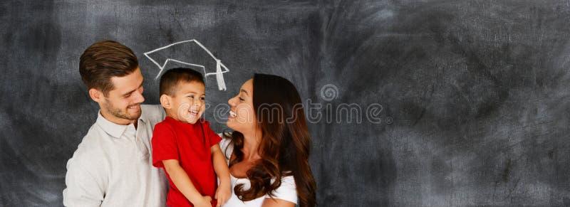 Lycklig ung familjavläggande av examen royaltyfria foton