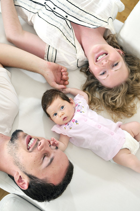 Lycklig ung familjstående royaltyfria foton